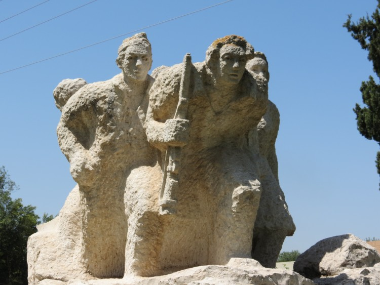 אנדרטה לנופלים מעשה ידיה של האמנית בתיה לישנסקי. צד קדמי יוצאים לקרב