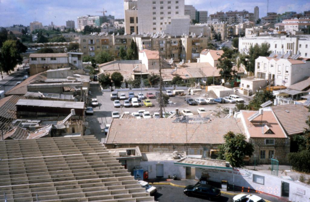 שכונת שערי ירושלים לפני הרחבת רח' יפו. משמאל שורת החנויות - רפי כפיר