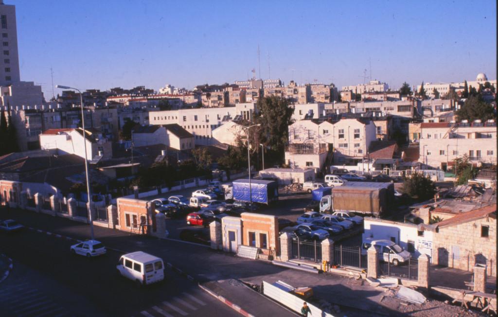 שכונת שערי ירושלים אחרי הרחבת הכביש ובניית הגדר הדקורטיבית - רפי כפיר