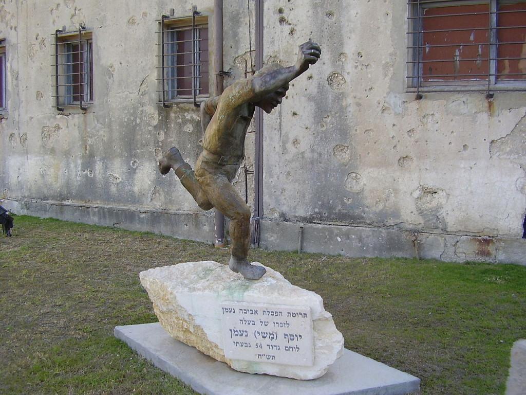 פסל של לוחם גבעתי זורק רימון - מצודת יואב