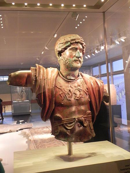 פסל של הקיסר אדריאנוס שנמצא בתל שלם, הפסל מסמל את חגיגת הניצחון על היהודים המורדים ודיכוי מרד בר כוכבא מוצג במוזיאון ישראל צילום: Yoav Dothan