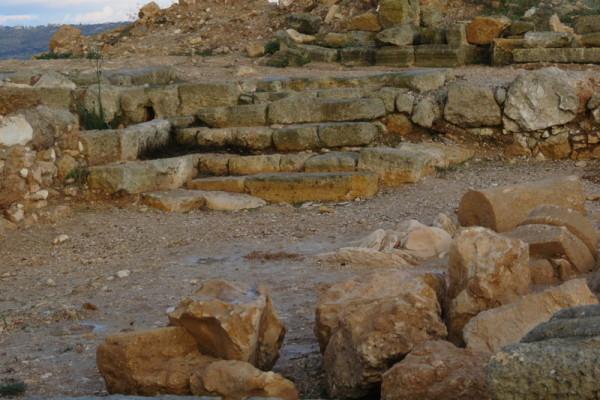מדרגות הכניסה לבית הכנסת ראשון בחורבת רימון - הכניסה ממזרח