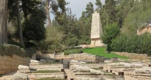 בית קברות צבאי של חטיבת הראל בדרך לירושלים *
