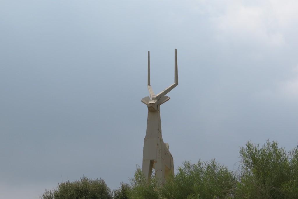 פסל הצבי בבית קברות צבאי של חטיבת הראל