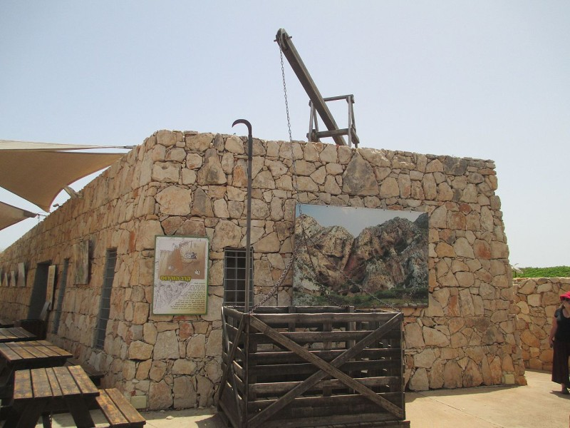 שחזור מנוף וארגז ממלחמתו של הורדוס במורדים במערות ארבל צילום: Dr. Avishai Teicher