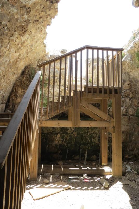 מדרגות לאולם המקורה