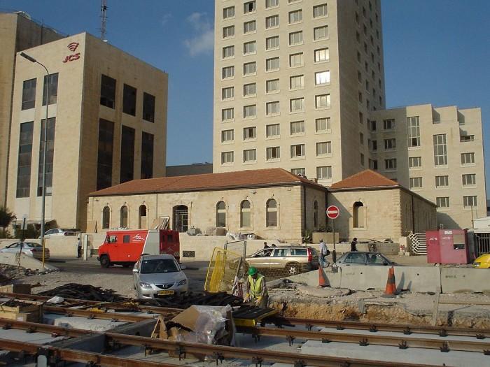 חזית המבנה שנותר ממושב הזקנים - רחוב יפו בחזית התמונה - פסי הרכבת הקלה. צילום: Nettadi