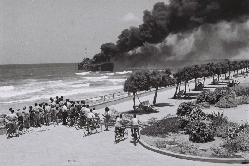 """""""אלטלנה"""" עולה בלהבות ליד חופי תל אביב (מול חוף פרישמן) צילום: Hans Pinn"""