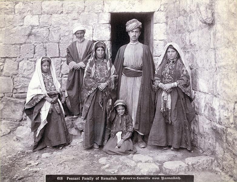 משפחת פלאחים בפתח ביתה ברמאללה, צולם בעשור הראשון של המאה ה-