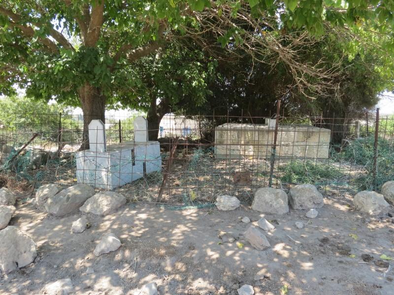 בית העלמין באמצע בבתים ההרוסים ממש על גבול לבנון.
