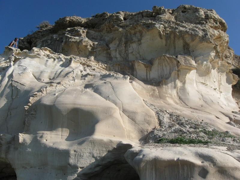 סלע הקירטון הלבן בצידו המערבי של התל צילום:Ori~