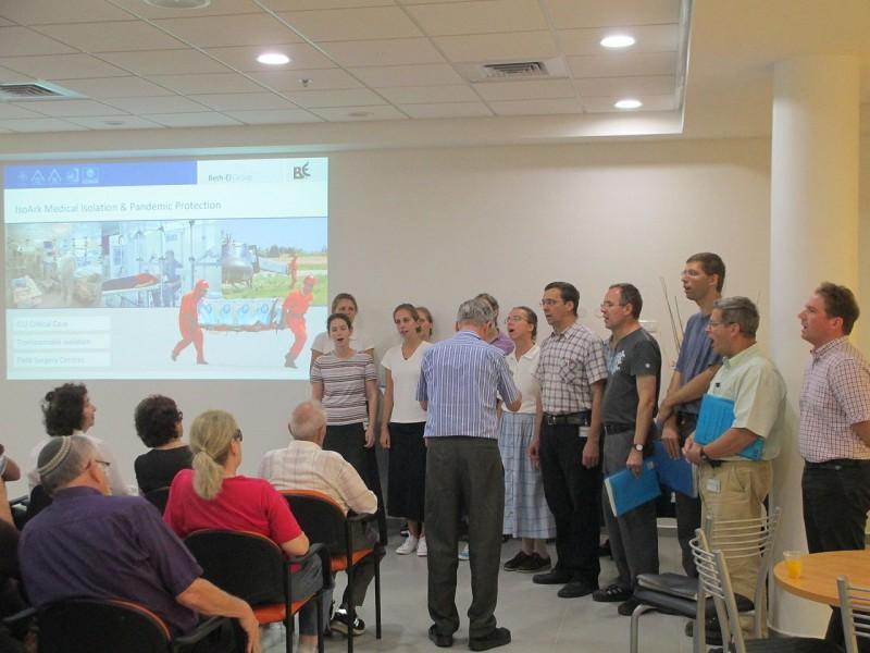 מקהלת חברי מפעל קהילת בית אל שרה מזמורי תהילים בפני מבקרים ישראלים צילום:Dr. Avishai Teicher