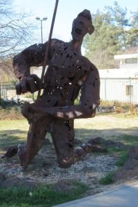 Masai Warrior בשער בית הספר