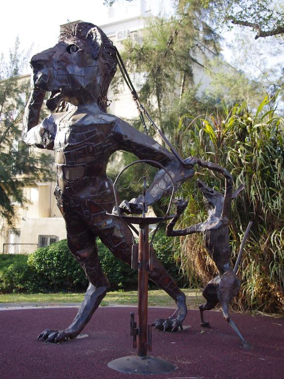 האריה הרעמתן מסתפר - פסל - יופ דה יונג