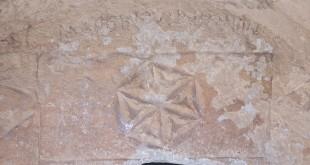 """כתובת ביוונית (""""MAREINOVIN IHMION"""") חקוקה מעל מסגרת בצורת טבלת אזניים המכילה רוזטה צילום:Aaadir"""
