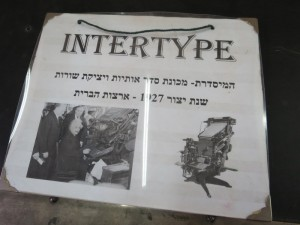 אינשטיין בודק מכשיר ה-Intertype