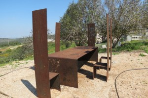 גן פסלים בכאוכב אל-היג'א  של הפסלת עפרה צימבליסטה - הצלחות נגנבו
